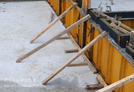 枠を固定する木の棒