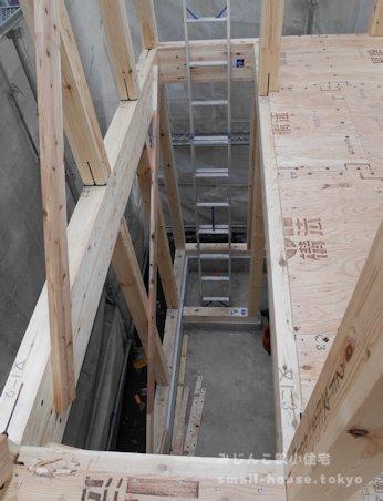 2階から階段の場所を見下ろす